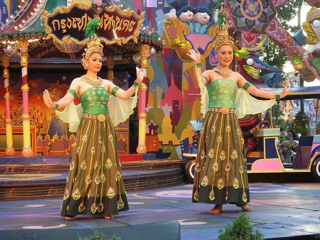 dancers-548419_640
